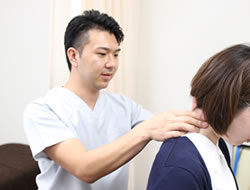 宇治市の杉田鍼灸整骨院の肩こり施術風景01