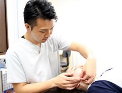 宇治市 杉田鍼灸整骨院の美容鍼の施術風景